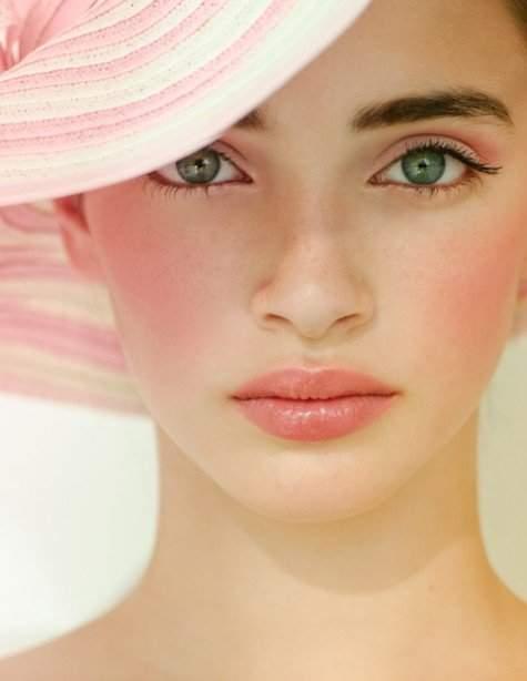 Мягкая розовая помада и выделенные глаза