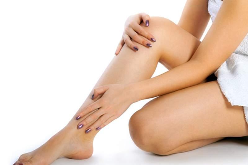 Если у вас отекают ноги Избыточное накопление жидкости в организме, называемое отеком, является частой проблемой, особенно для пожилых людей. Из-за действия силы тяжести отек особенно заметен в нижней части тела, а именно в ногах. Если придя домой ваша обувь снимается труднее чем одевается, Вы чувствуйте тяжесть в ногах, при надавливании на кожу ног на несколько секунд появляется достаточно глубокая вмятина, у Вас отек ног. По сути отек ног является следствием какого-то другого расстройства в организме. Причины отека ног Общими для большинства людей можно назвать такие причины отека ног, как: • избыточный вес • варикозная болезнь • пожилой возраст • инфекционные заболевания • сосудистые заболевания. Другими причинами, вызывающими отек ног, можно назвать травмы и операции на ногах или в области таза. Также у многих людей ноги отекают после долгого пребывания в сидячем положении, например при длительных перелетах или в дальних автомобильных поездках. Отеки ног также наблюдаются у женщин, принимающих гормональные препараты, или испытывающих сильные гормональные всплески, связанные с менструальным циклом или менопаузой. Беременные женщины также часто жалуются на отеки, особенно если они страдают токсикозом, или отмечается повышенное давление. Кроме того, отекшие ноги могут быть признаком сердечной или почечной недостаточности, последствиями которой может бить накопление жидкости в организме. Также отеки ног могут вызывать некоторые лекарства, такие как: • антидепрессанты • средства для снижения или повышения кровяного давления • гормональные препараты Советы для снижения отека ног • старайтесь поднимать ноги выше уровня сердца, когда вы лежите • делайте упражнения для ног, чтобы увеличить кровоток • снизьте потребление соли в своем рационе, т.к. соль способствует задержке жидкости в тканях • носите колготки с повышенной эластичностью • старайтесь чаще делать перерывы и двигаться, если вы вынуждены долго сидеть или стоять • не надевайте тесную одежду и обувь • работайте 