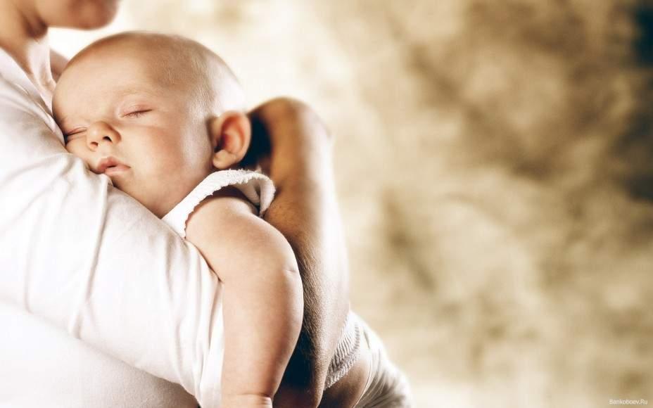 Как держать ребенка после кормления