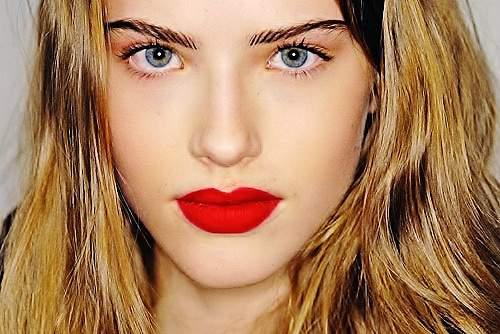 Идея для весеннего макияжа с красной помадой