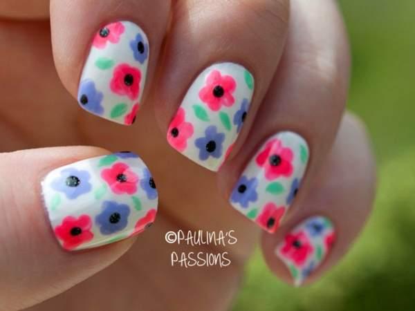 Свежая идея для цветочного маникюра с декоративными цветами