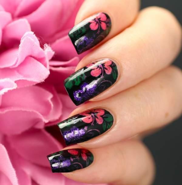 Идея для цветочного маникюра с декорацией в виде розовых цветов на черной основе
